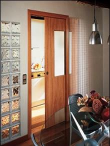 Consejos para comprar puertas de madera for Puertas vaiven para cocina